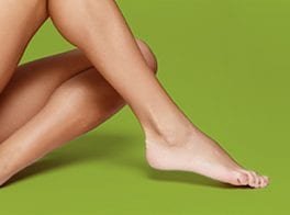 Green background with smooth legs on Pulse Light Clinic's homepage